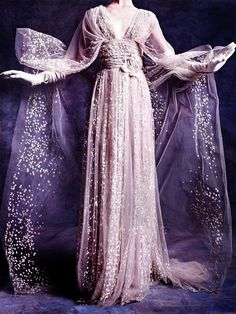 22) Look how magnificent this dress of Queen Levana is! You can say a lot about her, but she does have a killer style...