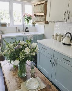 We're in love with this classic cozy kitchen. Country Kitchen, New Kitchen, Kitchen Dining, Kitchen Decor, Cozy Kitchen, Cottage Kitchens, Home Kitchens, Cottage Living, Cottage Style