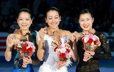 2013年2月10日、四大陸選手権の表彰台を独占した日本女子。左から2位の鈴木明子、優勝した浅田真央、3位の村上佳菜子=大阪市中央体育館 (650×410) http://www.asahi.com/olympics/sochi2014/gallery/figure_asada/A029.html