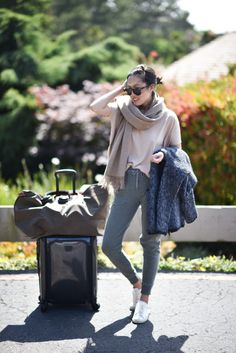 Travel Outfits Airport style: How To Look Fashionable During Travel – Just The Design – travel outfit plane long flights Airport Outfit Long Flight, Flight Outfit, Airport Outfits, Airport Fashion, Sneaker Outfits, Nmd Outfits, Mode Old School, Airplane Outfits, Flare