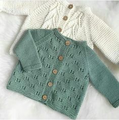 Hei du, lille sommerfugljakke👋🏼 Du er ikke perfekt, men du har gitt meg me. Baby Sweater Patterns, Baby Cardigan Knitting Pattern, Knitted Baby Cardigan, Toddler Sweater, Knitted Baby Clothes, Baby Knitting Patterns, Baby Patterns, Wool Cardigan, Knitting For Kids
