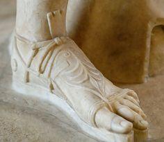 Detail Diana Versailles Louvre Ma589 n3 - Scarpa - Wikipedia