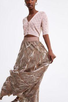 3db193461d La falda de invitada de Zara para marcarte look a lo Rania de Jordania