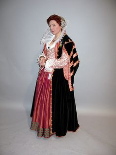 Laura Mellin in late 16th/early 17th-century (CostumeCon 27) The Attack Laurel herself. Gorgeous.