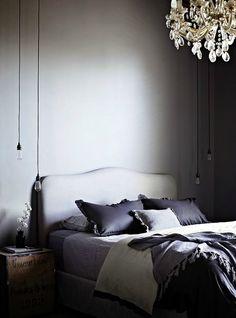 Een hanglamp naast het bed