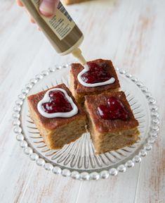Katso myös nämä Runeberg-reseptit: Runebergin tortut Sitruunainen Runebergin kakku Vinkki: Leivokset ovat parhaimmillaan seuraavana päivänä, kun kosteus ja maut ovat ehtineet tasoittua. 24 kappaletta Taikina: 100 g piparkakkuja 2 ½ dl mantelijauhetta 3 dl täysjyvävehnäjauhoja 2 tl leivinjauhetta 1 rkl kardemummaa 1 rkl vaniljasokeria 250 g voita tai margariinia 3 dl sokeria 4 munaa 2 […] French Toast, Breakfast, Recipes, Food, Recipies, Hoods, Meals, Ripped Recipes