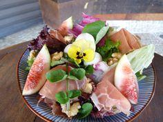 Salada com mix de folhas, figo e presunto de Parma