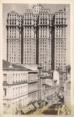 The greatness of Prédio Martinelli (São Paulo's first skyscraper) compared to the 3 stories buildings of the time. São Paulo, Brazil