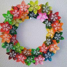 一回り小さいミニフラワーリース。でも写真だと違いが良く分からない… #折り紙 #おりがみ #origami #paperflowers #papercraft #リース #花