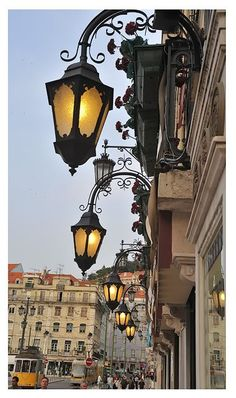 Lisboa via Alma Portuguesa.een hele mooie plek lisabon is een stad van mooie oude gebouwen en armoede mensen die leven in hutten met een dak van platen dat deed zeer dat grote contrast toch een fijne stad mooie mensen en goed eten