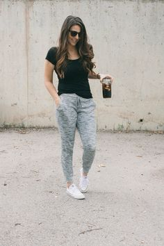 Comfy mom style // t-shirt, straight leg sweatpants, converse