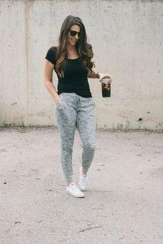 Comfy mom style // t-shirt, straight leg sweatpants, converse