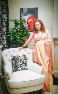 Desi Bhabi, Simple Acrylic Paintings, Happy Holi, Bindi, Pink Saree, Auntie, Indian Beauty, Blouse Designs, Stylish