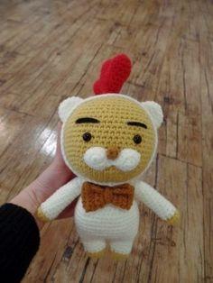치킨 라이언 안녕하세요^^ 2017년 닭의해 를 맞아 치킨 라이언 을 만들어 보았어요^_^ 어떤 라이언 이 탄생... Diy And Crafts, Hello Kitty, Teddy Bear, Dolls, Christmas Ornaments, Knitting, Holiday Decor, Crochet, Animals