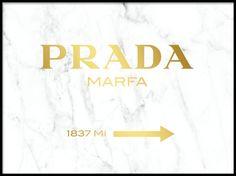 Poster med Prada marfa på vit marmor.