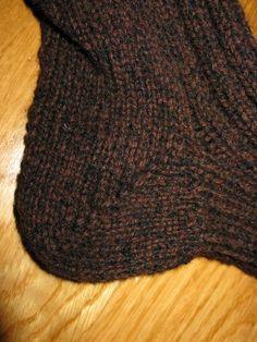 Strikkeoppskrift for dummies: raggsokker/ullsokker Lace Knitting, Knitting Socks, Knitted Hats, Knitting Patterns, Crochet Pattern, Knit Crochet, Raglan Pullover, Slipper Socks, C2c