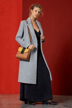 Abrigo, cartera y zapatos: en sucursales.