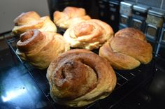 A recipe for Norwegian cinnamon buns (Norsk skillingsboller) to warm up your chilly autumn days. Baking Recipes, Cake Recipes, Pretzel Bites, Cinnamon Rolls, Scones, Buns, Scandinavian, Almond, Autumn
