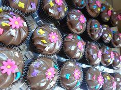 Cupcak eda Carol- bolinho de chocolate, recheio de brigadeiro cremoso e cobertura de ganache de chocolate meio amargo.