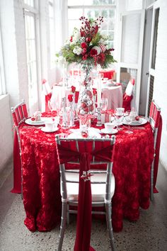 Christmas table decor ideas #holidaytable http://www.weddingchicks.com/2013/12/17/holiday-table-decor-ideas/