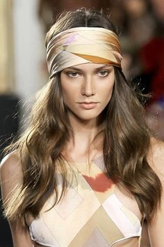 Accessories your hair with Head scarfs, Emilio Pucci, retro style. Scarf Hairstyles, Summer Hairstyles, Curly Hairstyles, Emilio Pucci, Disco Hair, 70s Mode, How To Grow Your Hair Faster, Grow Hair, 70s Fashion