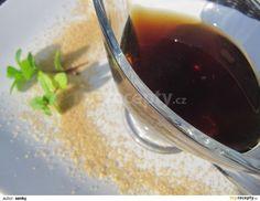 Vodu s třtinovým cukrem svaříme na hustý tmavý sirup, vsypeme nadrobno nakrájené čerstvé mátové lístky a necháme krátce přejít varem. Odstavíme,...