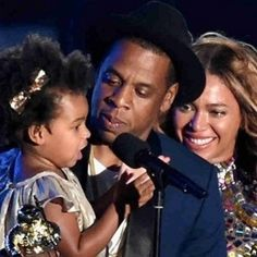 Jay-Z and daughter Blue Ivy Carter present the Michael Jackson Video Vanguard Award to honoree Beyonce onstage during the 2014 MTV Video Music Awards at The Forum on Aug. in Inglewood, California. Mtv Video Music Award, Music Awards, Jay Z Meme, Beyonce Pregnant, Michael Jackson Gif, Blue Ivy Carter, Coldplay, Celebs, Humor