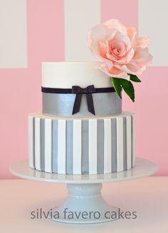 Torta moderna y feminina en plateado, blanco y negro, con una gran rosa rosada. Todo 100% comestible. | Modern and femenine cake. Silver, white and black. With a big pink rose. All edible.