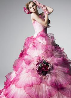 Yumi Katsura Looks like a flower! Flower Dresses, Pretty Dresses, Flower Skirt, Beautiful Gowns, Beautiful Outfits, Evening Dresses, Prom Dresses, Mode Glamour, Fantasy Dress