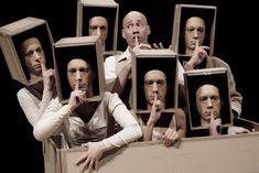 Voyageurs immobiles (Compagnie du Philippe Genty) -cabezas sobre cuerpos encerradas en cartón-