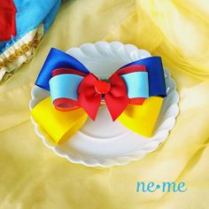 He encontrado este interesante anuncio de Etsy en https://www.etsy.com/es/listing/228899654/princess-snow-white-inspired-bow-snow