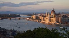 Vue sur le Parlement et le Danube depuis le Palais Royal  / The Danube is the real main attraction of Budapest and is spanned in the city of nine townscape bridges.