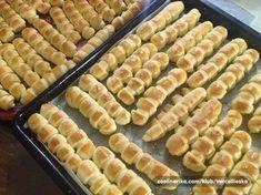 """Keď máme rodinnú oslavu, nikdy nezabudnem pripraviť túto skvelú pochúťku. Chrumkavé maslové pečivo """"prstíky"""" zmiznú zo stola vždy ako prvé! :-) Bread Recipes, Cooking Recipes, Czech Recipes, Home Food, Food Humor, Sweet Desserts, Finger Foods, Food Hacks, Appetizer Recipes"""