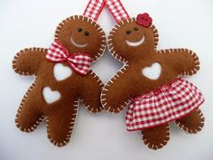Mr and Mrs gingerbread felt decorations Berry wreath Christmas decor Halloween wreath---LOVE it! Gingerbread Ornaments, Gingerbread Decorations, Felt Christmas Decorations, Felt Christmas Ornaments, Christmas Gingerbread, Handmade Ornaments, Christmas Fun, Gingerbread Men, Glitter Ornaments