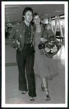 1977 Original Photo THE BEATLES Paul McCartney Wife Linda JAMAICA BOUND