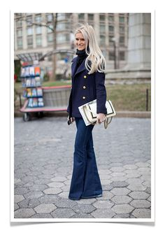 gold buttons+flared jeans Street Style Jeans, Street Style Chic, New York Fashion Week Street Style, Looks Street Style, Autumn Street Style, Jeans Style, Street Style Vintage, Mode Vintage, Look Fashion