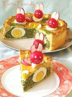 Tarta Pascala pentru Sarbatorile de Pasti care se apropie. O tarta asemanatoare aveti aici: Tarta in trei culori, cu deosebirea ca de data acesta i-am dat o nota de sarbatore cu acesti iepuras…