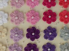 Noble mini flowers with pearl -free crochet pattern- : Size approx. cm diameter Material: cotton, crochet hook mm, wax beads mm, embroidery needle Crochet pattern: Instructions Center of flowers: Crochet is in rounds. There are 3 air meshes Crochet Flower Tutorial, Form Crochet, Crochet Round, Crochet Motif, Crochet For Kids, Crochet Hooks, Irish Crochet Patterns, Lace Patterns, Crochet Leaves