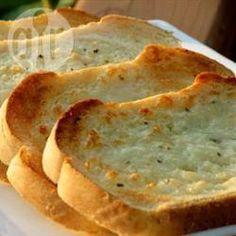 Foto da receita: Torrada de pão de alho com mussarela. Ótimo acompanhamento até mesmo para um churrasco! Hmmmm...