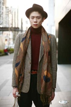 Outsider estilo vintage artista inspirado desde Tokio, que combina un blazer 70 cuadradas en capas sobre calibre fino géneros de punto jersey de cuello vuelto.  Los suscriptores pueden ver el resto de estas fotos aquí tiro WGSN calle, Tokio