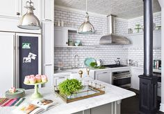 Os subway tiles, ou azulejos de metro, estão super em alta para revestir as cozinhas, deixam o ambiente moderno e são de fácil manutenção!