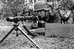 German soldier with the MG 34 machinegun German Soldiers Ww2, German Army, Military Photos, Military History, Luftwaffe, Mg34, Unseen Images, Germany Ww2, German Uniforms