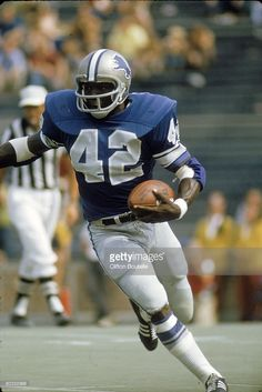 Running back Altie Taylor #42 of the Detroit Lions runs upfield against the Cleveland Browns during a preseason game at Michigan Stadium on August 17, 1972 in Ann Arbor, Michigan. The Lions defeated the Browns 34-7.