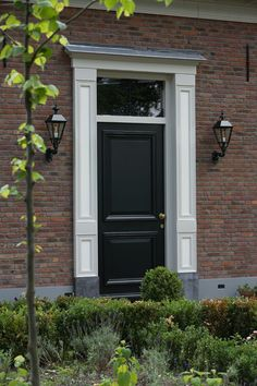 Klassieke voordeur met portaal in natuursteen