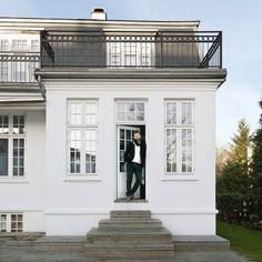 Den ældre patriciervilla i Hellerup er i dag rammen om fotograf Franne Voigt og hans sammenbragte familie, der tæller otte, når alle er samlet.