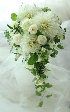 銀座、アルジェントASO様へお届けしたキャスケードブーケ、白のダリアと白のバラで。大小の花をいれてということでお作りしました。ウエディングカメラマンdap...