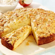 Rezept Rührkuchen. 15 min nach Backbeginn Äpfel  zugeben .  15 min vor Ende Mandelmischung drauf geben.