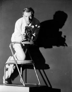 Cecil Beaton - English fashion, portrait and war photographer, diarist, painter, interior designer and an Academy Award-winning stage and costume designer for films and the theatre. Self portrait early Famous Portrait Photographers, Photographer Self Portrait, Famous Portraits, Great Photographers, Portrait Photography, Modeling Photography, Fashion Portraits, Fashion Photography, Robert Mapplethorpe