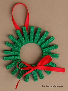 Find Easy Christmas Crafts for kids that are easy to do. They will love these Christmas crafts for kids. 20 Christmas craft ideas for kids that are frugal. Homemade Christmas Wreaths, Kids Christmas Ornaments, Christmas Crafts For Kids To Make, Preschool Christmas, Christmas Activities, Simple Christmas, Holiday Crafts, Christmas Tree, Homemade Ornaments