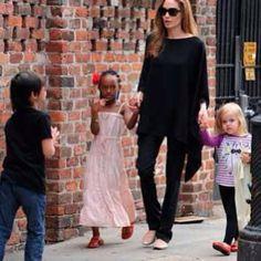 Na semana das mães: Angelina Jolie com suas pequenas... Ela e Vivienne calçando Pretty Ballerinas #prettykids #prettyballerinas #prettyballerinasbrasil #angelinajolie #viviennejoliepitt